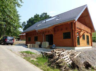 Die Installation eines Holzhauses hat ein paar Tücken. Wir kennen sie und helfen Ihnen gerne.