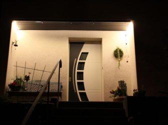 Ein Licht geht auf. Der Eingangsbereich ist gekonnt in Szene gesetzt. Die LED Beleuchtung ist fast unsichtbar.