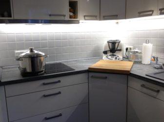 In der Küche wird klares Licht benötigt. Wo gekocht wird ist neutralweißes Licht das Beste. Hier ist es schlicht und fast unsichtbar verbaut.